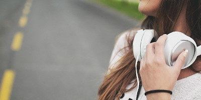 Nejlepší bezdrátová sluchátka (na hlavu i do uší) 2020