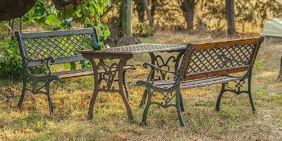 Tipy na zahradní nábytek (stoly, židle, lavice, houpačky…)