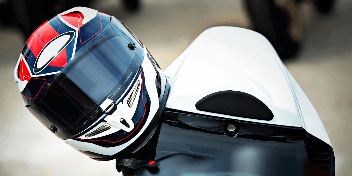 jak vybrat helmu na motorku