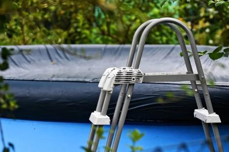 Hliníkové bazénové schůdky – recenze a srovnání schůdků do bazénu