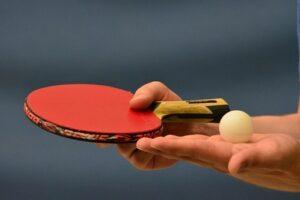 Míček a pálka - ping pong stůl