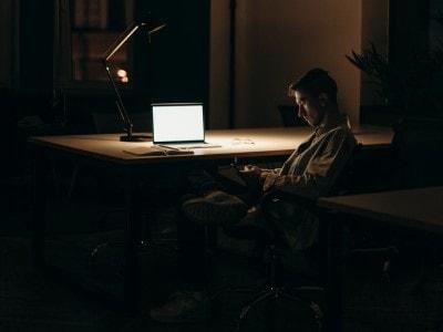 Práce v noci na počítači – jak modré světlo ovlivňuje náš spánek