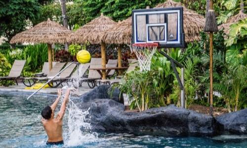 Basketbalový koš a jeho využití u bazénu – porovnání košů na basket