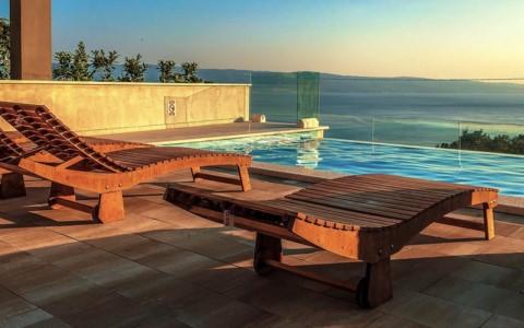 Dřevěné lehátko k bazénu – recenze a srovnání zahradních lehátek